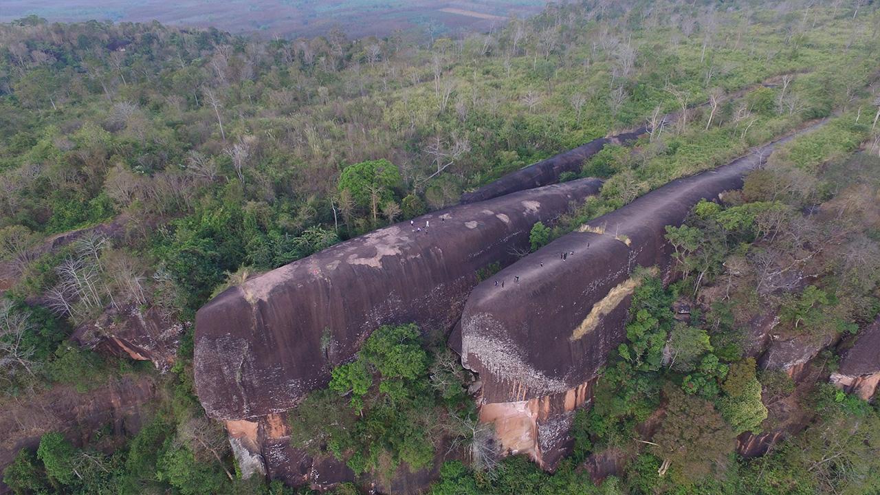 หินสามวาฬ